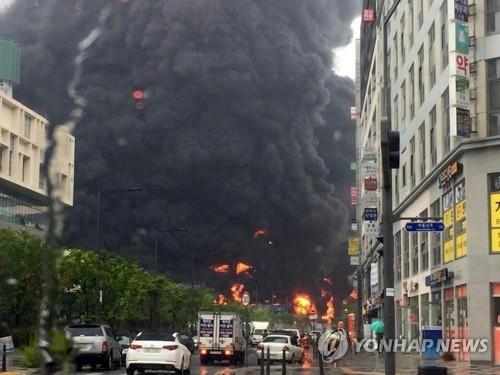 Cột khói đen bao trùm công trường xây dựng căn hộ Treeshade ở TP Sejong, Hàn Quốc, ngày 26-6-2018. Ảnh: YONHAP  