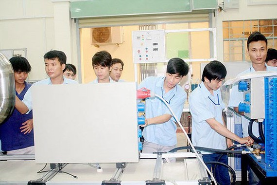 Sinh viên của Trường CĐ Nghề TPHCM trong giờ thực hành nghề điện tử