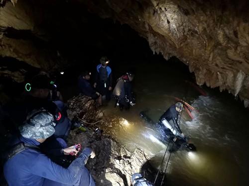 Các thợ lặn làm việc trong hang Tham Luang. Ảnh: ABC NEWS