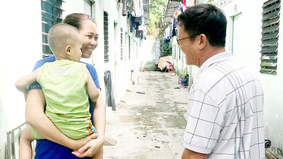 Ông Phạm Xuân Vinh thăm hỏi công nhân ở trọ       Ảnh: KIỀU PHONG