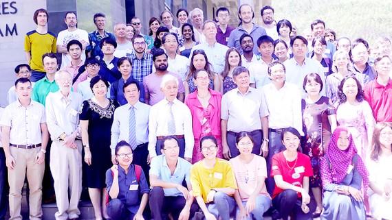 Các đại biểu, nhà khoa học giới trẻ đam mê khoa học ở Việt Nam chụp ảnh lưu niệm tại hội thảo
