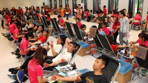 Các tình nguyện viên tham gia hiến máu trong Ngày hội Giọt hồng tri ân. Ảnh: TTXVN