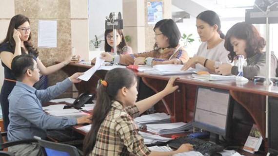 Nộp thuế tại Cục thuế TPHCM. Ảnh: CAO MINH