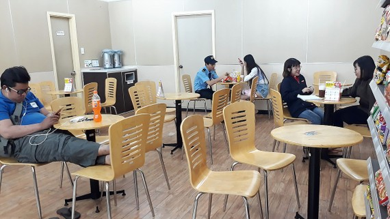 Nhiều khách trẻ chọn thức đêm cùng cửa hàng tiện lợi