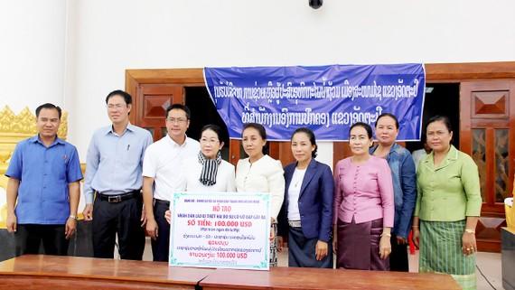 Phó Bí thư Thành ủy TPHCM trao 100.000USD hỗ trợ người dân tỉnh Attapư bị ảnh hưởng sự cố vỡ đập thủy điện
