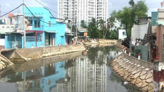 Bờ kè rạch Cầu Ngang đang được cải tạo, nâng cấp