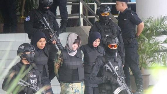 Đoàn Thị Hương được áp giải rời khỏi tòa. Ảnh: VIETNAM+
