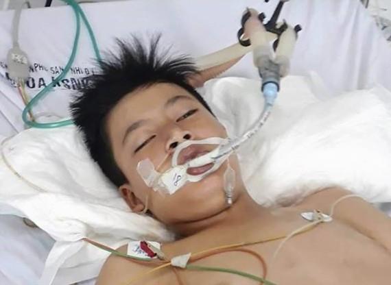 Cậu bé nghèo bị viêm tủy cắt ngang