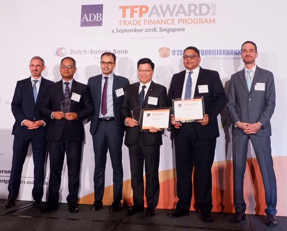 TGĐ TPBank - ông Nguyễn Hưng đại diện cho TPBank nhận giải Best SME Deal từ ADB