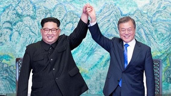 Tổng thống Hàn Quốc Moon Jae-in (phải) và nhà lãnh đạo Triều Tiên Kim Jong-un tại cuộc gặp ở làng đình chiến Panmunjom ngày 27-4. Nguồn: TTXVN