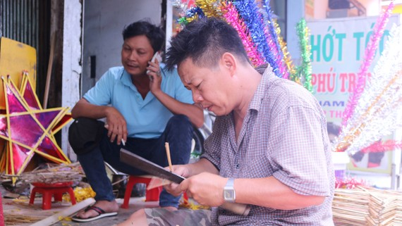 Một gia đình chuyên làm lồng đèn ngôi sao tại Phú Bình (quận 11, TPHCM)         Ảnh: LÊ VĨNH