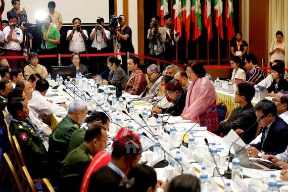 Một cuộc đàm phán giữa Ủy ban kiến tạo hòa bình liên bang của Chính phủ Myanmar và các nhóm vũ trang sắc tộc ở Yangon, Myanmar ngày 22-7. Nguồn: TTXVN