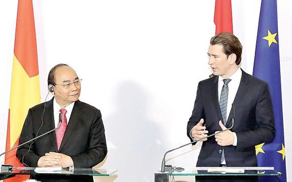 Thủ tướng  Nguyễn Xuân Phúc với Thủ tướng Áo Sebastian Kurz  gặp gỡ báo chí  sau hội đàm.  Ảnh: TTXVN
