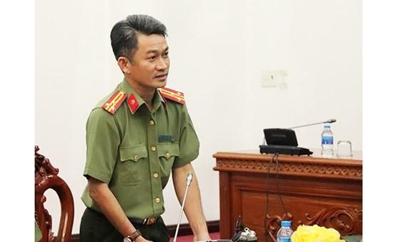 Thượng tá Trần Văn Dương, Trưởng phòng Tham mưu, Công an TP Cần Thơ, cung cấp thông tin cho báo chí