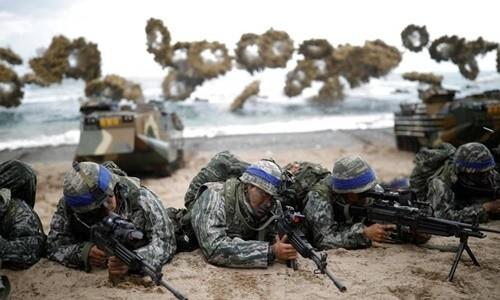 Lính thủy đánh bộ Hàn Quốc trong cuộc tập trận chung Đại bàng non với Mỹ tháng 3-2017. Ảnh: REUTERS