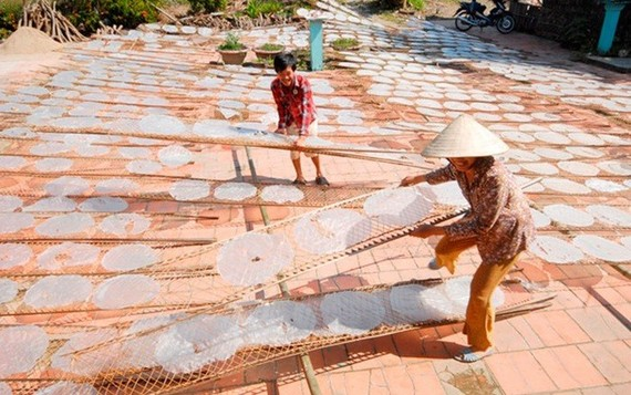 Làng nghề bánh tráng Mỹ Lồng ở huyện Giồng Trôm