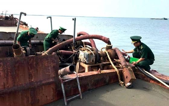 Bộ đội Biên phòng TPHCM  tạm giữ một sà lan hút cát trái phép