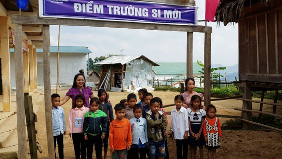 Cô Hoằng (bìa phải) và cô Hóa với học sinh ở điểm trường Si Mới