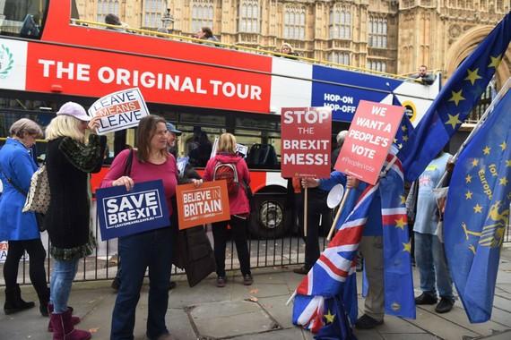 Cư dân London ngày 22-11 tuần hành yêu cầu công bố các điều khoản cuộc đàm phán Brexit                                                                                                                                                  Ảnh: EPA