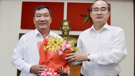 Bí thư Thành ủy TPHCM Nguyễn Thiện Nhân tặng hoa chúc mừng đồng chí Trần Văn Thuận giữ chức Bí thư Quận ủy quận 2. Ảnh: VIỆT DŨNG
