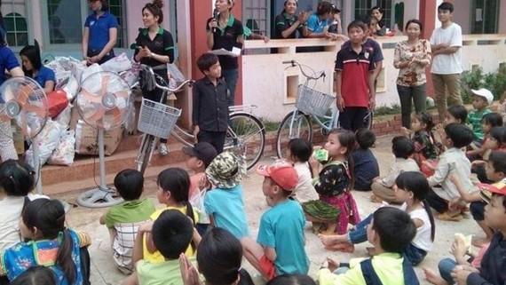 Chương trình tặng quà và xe đạp cho các học sinh nghèo huyện Đăk Mil do CLB thiện nguyện Nguyện Tâm thực hiện dịp cuối năm 2017