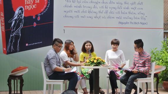 Nguyễn Thị Bích Ngọc (giữa) trong buổi ra mắt cuốn sách Cát hay là ngọc