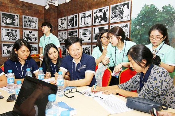 Sinh viên quốc tế và sinh viên Việt Nam trao đổi kinh nghiệm khởi nghiệp trong chương trình  Đào tạo doanh nhân toàn cầu, do Chính phủ Hàn Quốc và UNESCO tài trợ