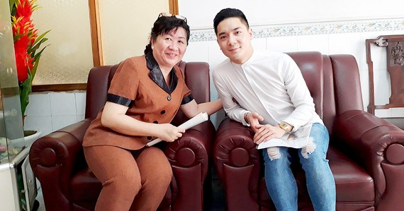 Bà Huỳnh Thị Loan vui mừng gặp lại một cháu mồ côi từng được trung tâm nuôi dưỡng trưởng thành