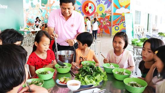 Các em nhỏ ở Cô nhi viện Thiên Bình (Đồng Nai)  dùng bữa cơm có thịt do tình nguyện viên nấu
