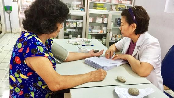 Bác sĩ ở phòng khám từ thiện đang khám bệnh cho bệnh nhân