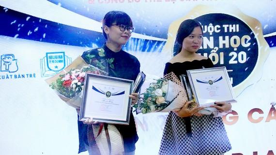 Tác giả Maik Cây (trái) và Mai Thảo Yên nhận giải nhì của cuộc thi Văn học tuổi 20 lần 6