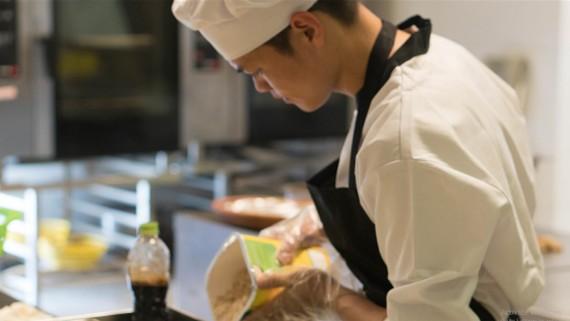 Chảo Láo Sử trở thành bếp chính Bếp Á của nhà hàng Hải Cảng