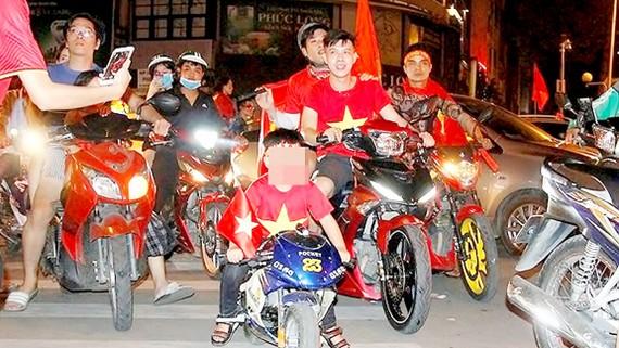 """Cậu bé gây sốt cộng đồng khi lái mô tô mini """"đi bão"""" trên đường phố"""