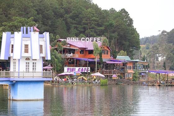 Quán cà phê xây dựng trái phép ngay bên hồ Tuyền Lâm.