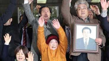 Nạn nhân bị cưỡng bức lao động tại Nhật Bản trong chiến tranh cùng các thành viên gia đình tại tòa án ở thủ đô Seoul, Hàn Quốc ngày 29-11-2018. Ảnh: YONHAP/TTXVN
