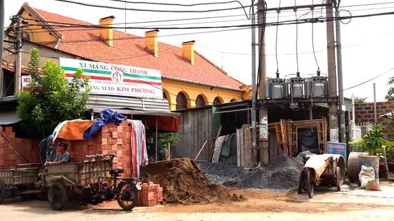 Cảnh nhếch nhác trước mặt tiền của di tích Thành cổ Biên Hòa