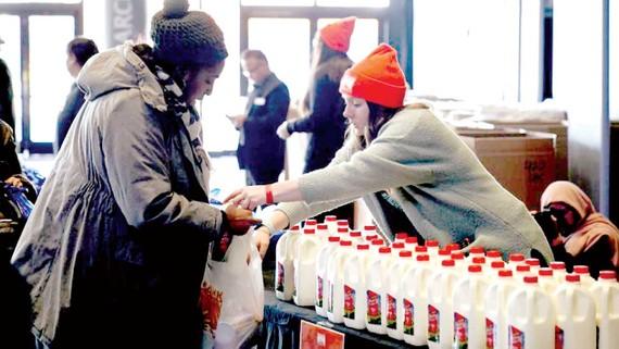 Nhân viên liên bang Mỹ nhận thực phẩm trợ cấp ở Brooklyn, New York