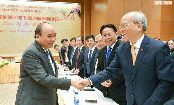 Thủ tướng Nguyễn Xuân Phúc và các trí thức, nhà khoa học. Ảnh: VGP