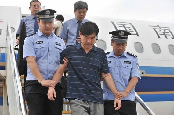 Một quan chức tham nhũng bị dẫn độ từ nước ngoài về Trung Quốc. Nguồn: CHINA.ORG.CN