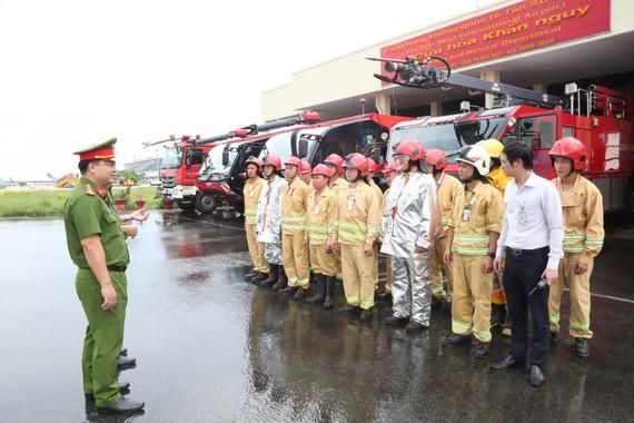 Thượng tá Huỳnh Quang Tâm kiểm tra công tác PCCC tại Cảng hàng không quốc tế Tân Sơn Nhất