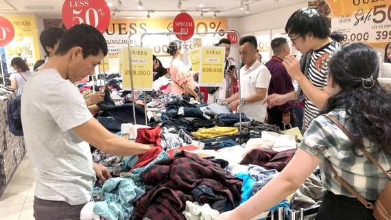 Mua sắm tại Trung tâm thương mại Takashimaya                Ảnh: CAO THĂNG