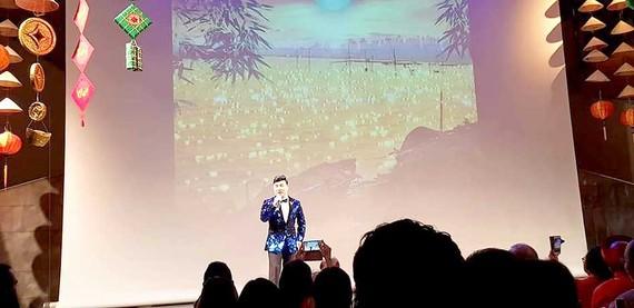 Quang Linh hát trước khán giả tại Bỉ trong chương trình Xuân yêu thương