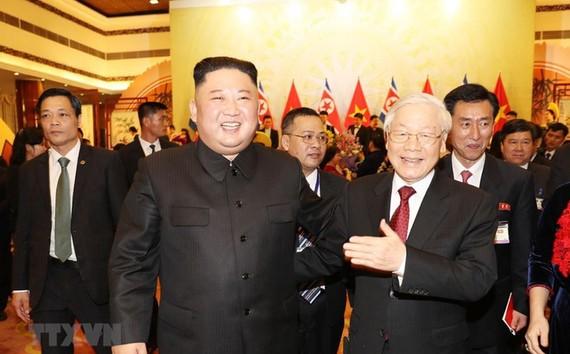 Tổng Bí thư, Chủ tịch nước Nguyễn Phú Trọng tiễn Chủ tịch Triều Tiên Kim Jong-un sau buổi tiệc chiêu đãi tối 1-3. Ảnh: TTXVN