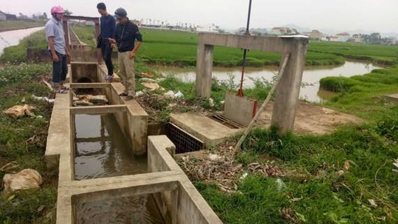 """Các nhân viên túc trực để """"ép"""" nước trên kênh N6 vào ống dẫn lòng hồ"""
