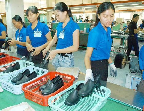 Sản xuất giày tại một đơn vị.  Ảnh: CAO THĂNG
