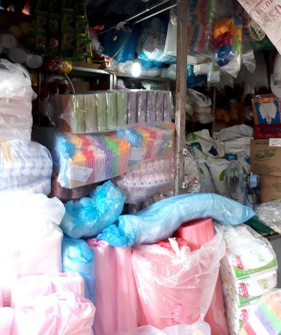 Quầy kinh doanh đồ nhựa chất chồng hàng hóa sát với đèn chiếu sáng, không đảm bảo an toàn phòng cháy