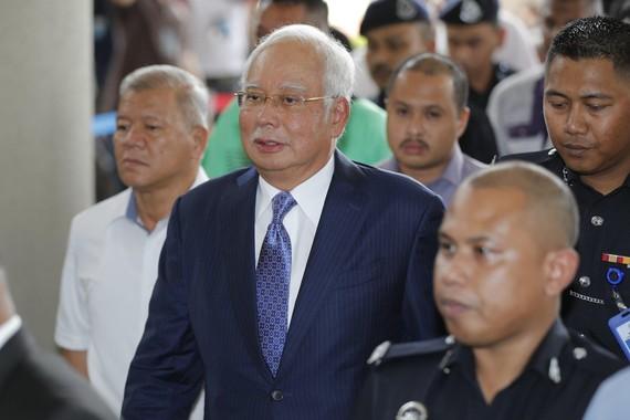 Cựu Thủ tướng Najib Razak (giữa) đến Tòa án Tối cao ở Kuala Lumpur, Malaysia, ngày 3-4-2019. AP