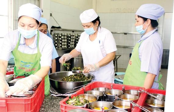 Nấu cơm miễn phí cho bệnh nhân BV Ung bướu TPHCM