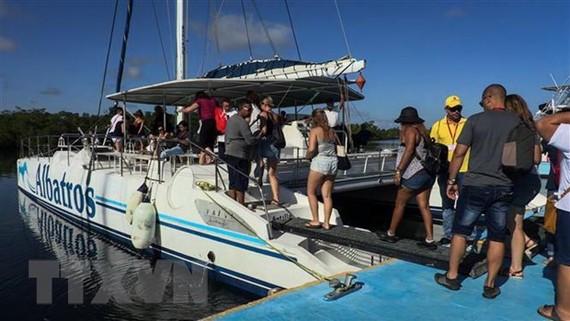 Khách du lịch tham quan tỉnh Holguin, Cuba. Nguồn: TTXVN
