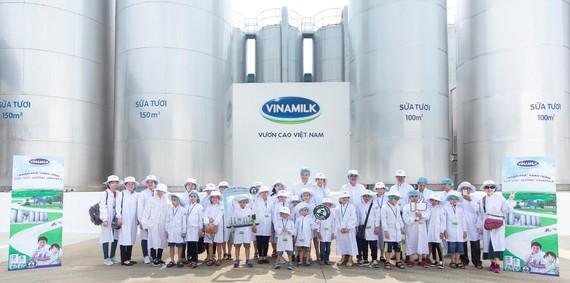 Đoàn tham quan bồn chứa lạnh khổng lồ, nơi chứa khối lượng lớn sữa tươi nguyên liệu sau khi được vận chuyển từ các trang trại chuẩn GLOBAL G.A.P về nhà máy.